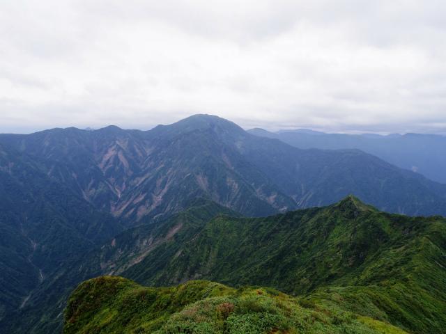 八海山(薬師岳~八ツ峰~入道岳)入道岳・九ヶ岳山頂からの中ノ岳【登山口コースガイド】