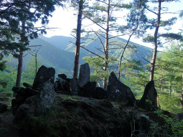 八ヶ岳・阿弥陀岳(御小屋尾根)登山口コースガイド 虎尾神社の石碑群【登山口ナビ】
