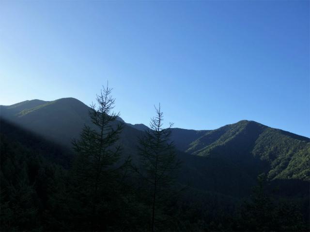 八ヶ岳・阿弥陀岳(御小屋尾根)登山口コースガイド 虎尾神社からの西岳と立場岳【登山口ナビ】