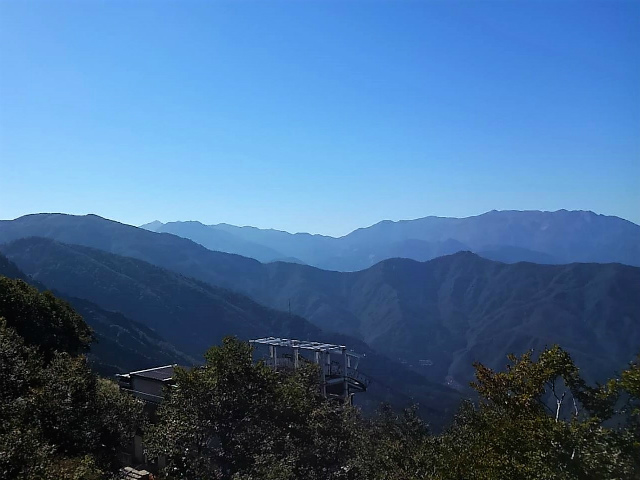 八海山(薬師岳~八ツ峰~入道岳)展望台から巻機山の眺望【登山口コースガイド】