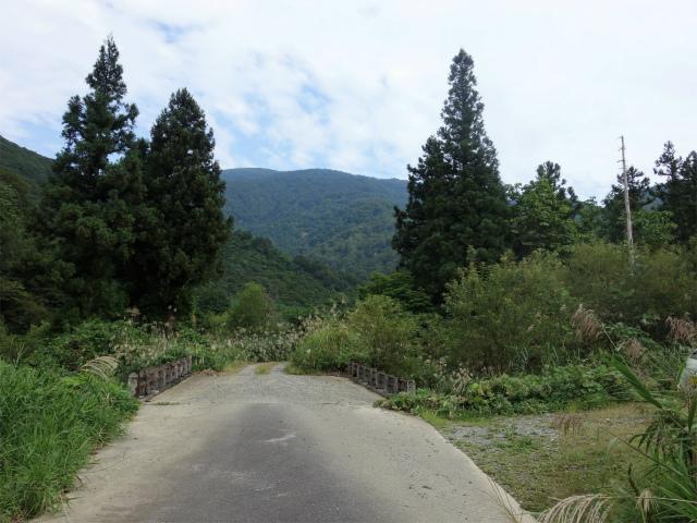 八海山(阿寺山~五竜岳~入道岳)登山口コースガイド 舗装路終点【登山口ナビ】