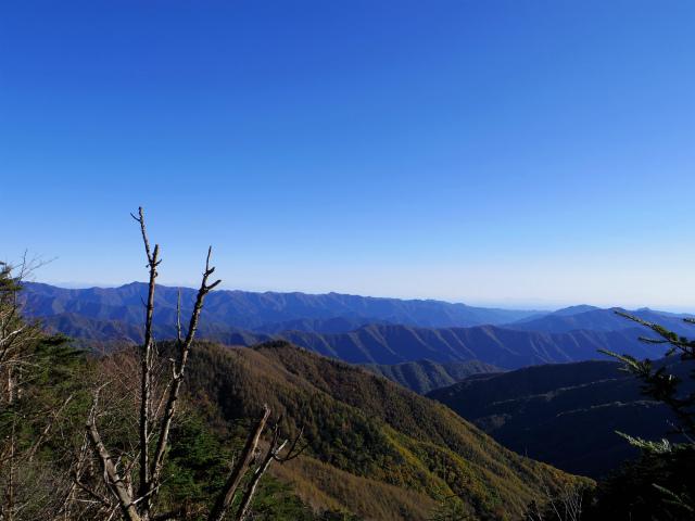 牛奥ノ雁ヶ腹摺山・小金沢山(大峠~黒岳)登山口コースガイド 稜線から奥多摩の眺望【登山口ナビ】