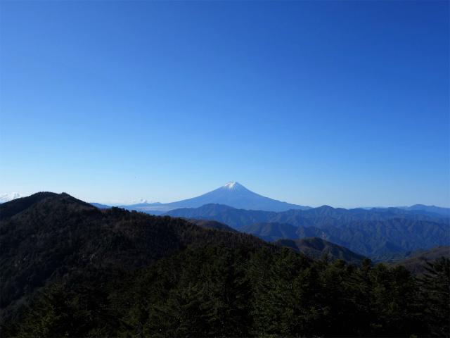 牛奥ノ雁ヶ腹摺山・小金沢山(大峠~黒岳)登山口コースガイド 山頂直下の露岩からの富士山【登山口ナビ】