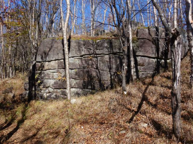 雁ヶ腹摺山(大峠~シオジの森周回)登山口コースガイド 城壁のような岩【登山口ナビ】