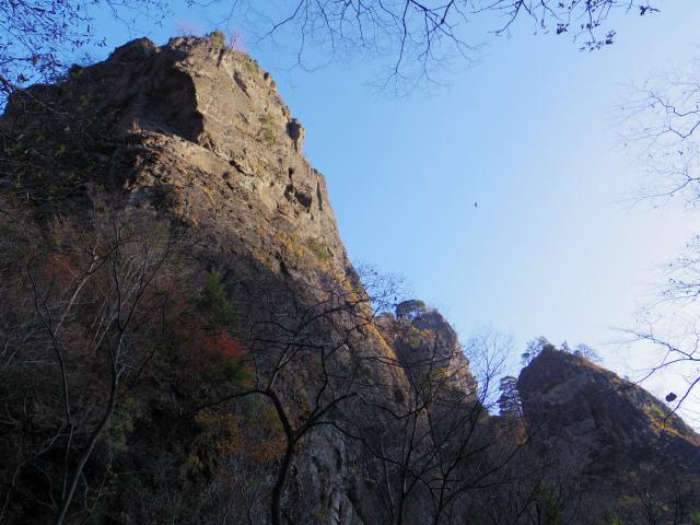 裏妙義・丁須の頭(籠沢コース~三方境周回)登山口コースガイド 木戸から見上げる岩壁【登山口ナビ】