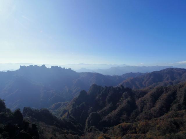 裏妙義・丁須の頭(籠沢コース~三方境周回)登山口コースガイド 中間峰からの荒船山の眺望【登山口ナビ】