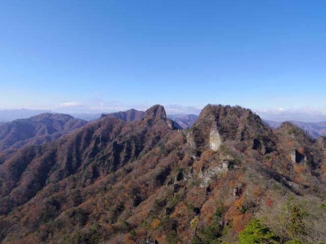 裏妙義・丁須の頭(籠沢コース~三方境周回)登山口コースガイド 中間峰からの赤岩・烏帽子岩の眺望【登山口ナビ】