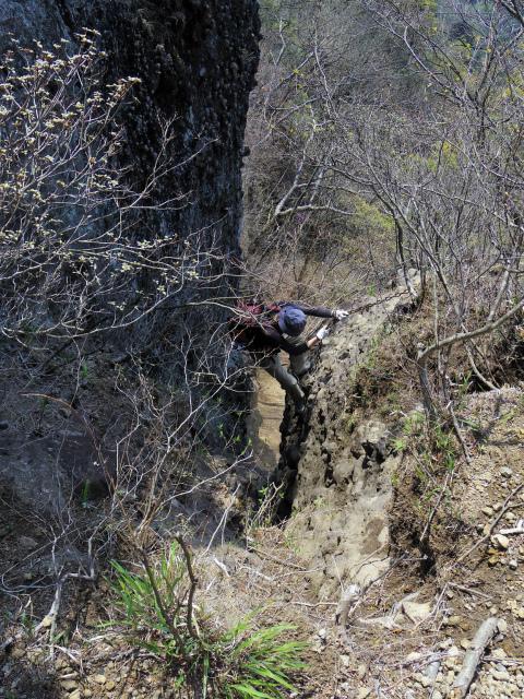 裏妙義・丁須の頭(籠沢コース~三方境周回)登山口コースガイド チムニー内20mの鎖場【登山口ナビ】