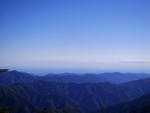 牛奥ノ雁ヶ腹摺山・小金沢山(大峠~黒岳)登山口コースガイド 小金沢山山頂からの都心【登山口ナビ】