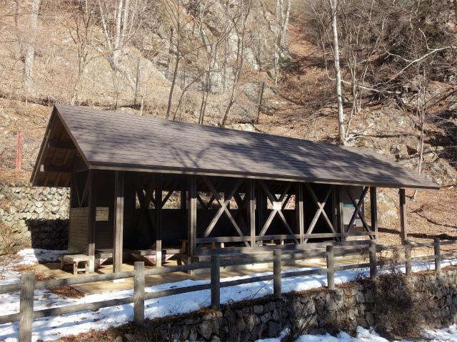 三頭山(大滝~石山~深山の路)大滝休憩小屋【登山口ナビ】