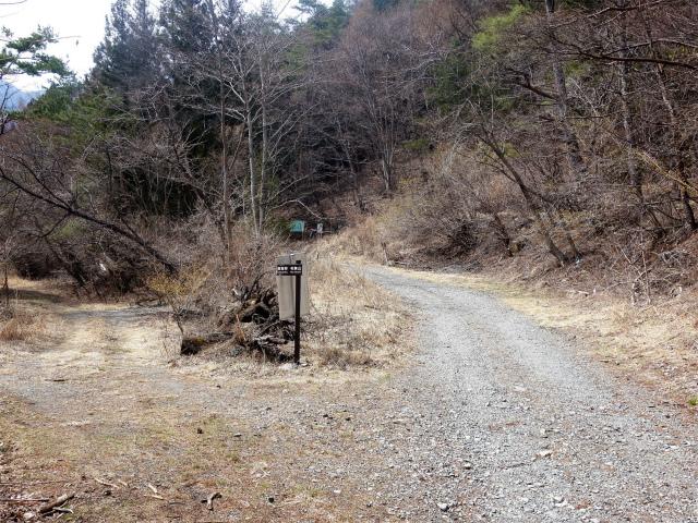 鬼ヶ岳(淵坂峠~毛無山~十二ヶ岳)登山口コースガイド 林道分岐【登山口ナビ】