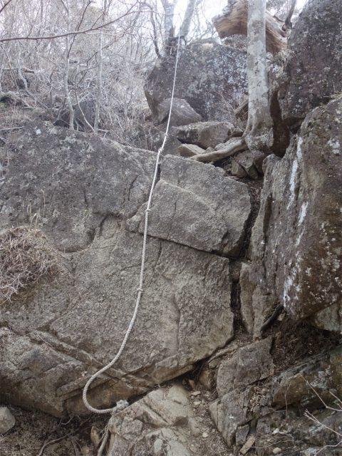 鬼ヶ岳(淵坂峠~毛無山~十二ヶ岳)登山口コースガイド 三ヶ岳直下のロープ【登山口ナビ】