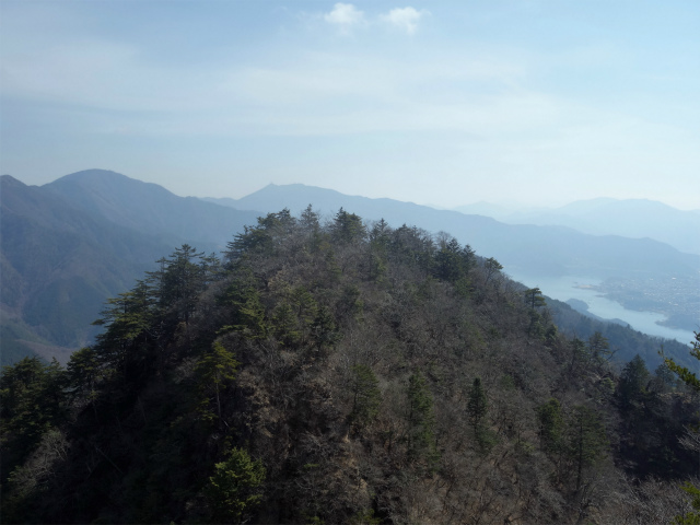 鬼ヶ岳(淵坂峠~毛無山~十二ヶ岳)登山口コースガイド 岩場からの眺望【登山口ナビ】