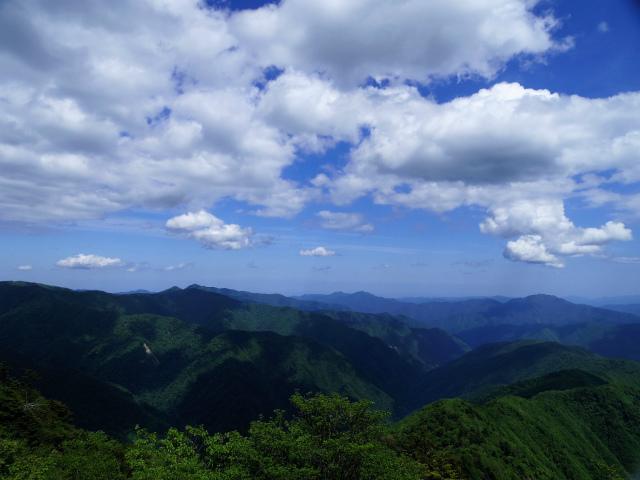 飛龍山(サオラ峠~ミサカ尾根)登山口コースガイド 露岩から奥多摩の眺望【登山口ナビ】