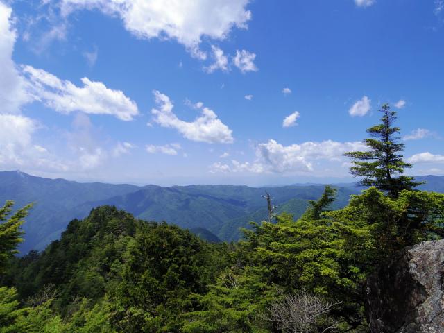 飛龍山(サオラ峠~ミサカ尾根)登山口コースガイド 露岩から奥秩父の眺望【登山口ナビ】