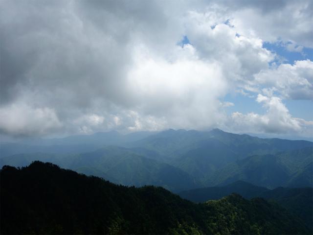 飛龍山(サオラ峠~ミサカ尾根)登山口コースガイド 禿岩からの奥多摩の眺望【登山口ナビ】