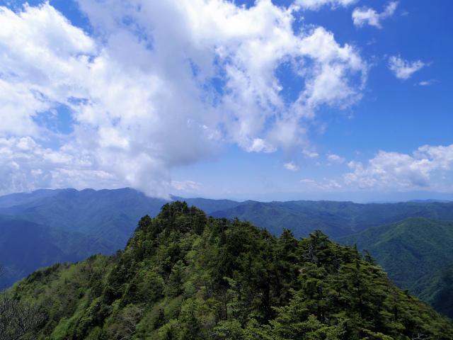 飛龍山(大常木林道~岩岳尾根)登山口コースガイド 岩稜から大菩薩嶺の眺望【登山口ナビ】