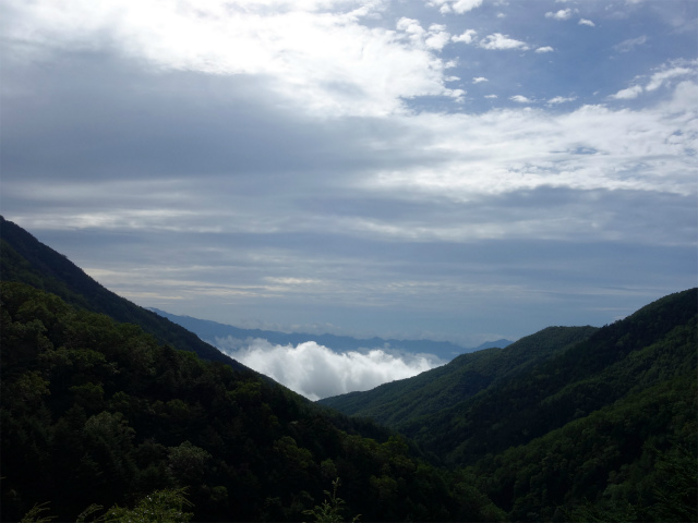 八ヶ岳・赤岳(地獄谷~ツルネ東陵)登山口コースガイド 露岩から地獄谷の眺望【登山口ナビ】
